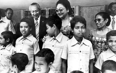 Henrique with Timorese children at home of President Suharto